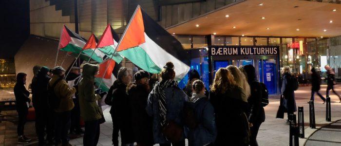 Markering med Palestina-flagg foran Bærum kulturhus.