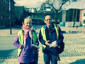 Heidi Bjørnerem og Frode Heian på stand i Molde på den palestinske fangedagen