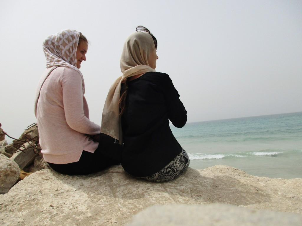 Heidi og Runa ved stranden i Rashedieh
