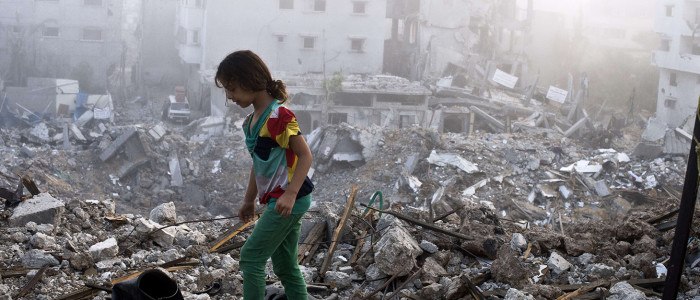 En jente tråkker rundt i ruinene av Shejaiya-nabolaget i Gaza by, august 2014. 2200 palestinere ble drept under angrepet på Gaza i fjor sommer. Foto: ROBERTO SCHMIDT/AFP/Getty Images