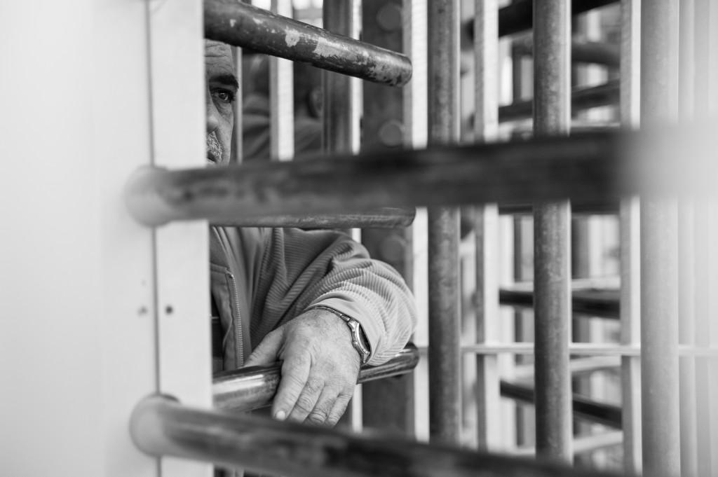 """Palestinsk arbeider venter inne i """"slusen"""" som han må igjennom for å nå fram til kontrollpunktet i Tulkarm. Foto: Synne Dahl"""