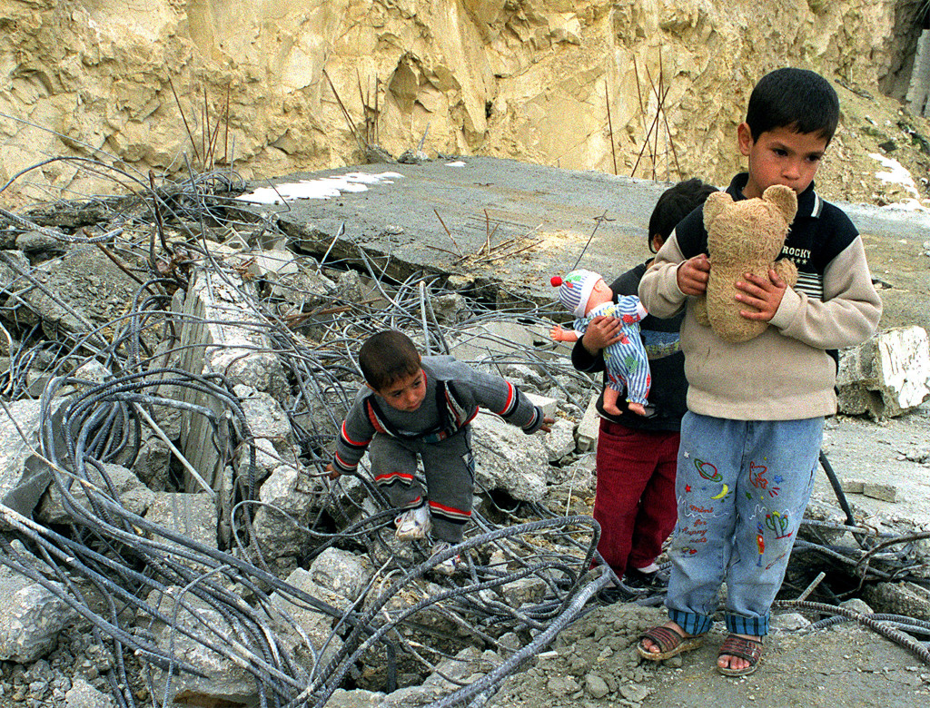 Palestinske barn som har fått hjemmet sitt revet av Israel.